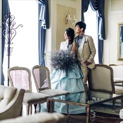 秀麗な家具が揃うフロアに親しい人を迎えてレセプションを